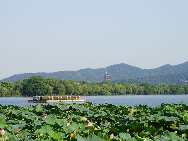 https://fr.topchinatravel.com/pic/ville/hangzhou/attractions/lotus-in-the-breeze-at-crooked-courtyard-04.jpg
