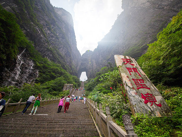 https://fr.topchinatravel.com/pic/ville/zhangjiajie/attractions/Tianmen-Mountain-National-Forest-Parks-1.jpg